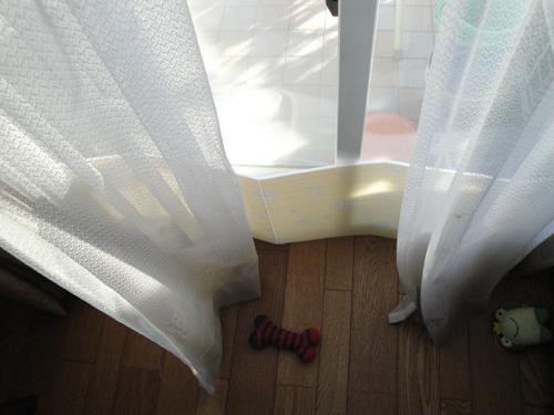 カーテンからのすきま風を防ぐパネル